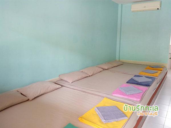 ห้องพัก 6 ท่าน แบบ 3 เตียงใหญ่ ที่พักริมทะเล หาดสามร้อยยอด